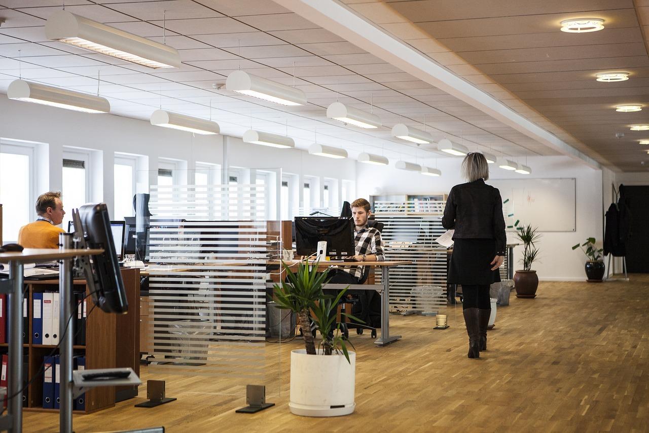 Jak wyposażyć biuro, by pracowało się wygodnie?