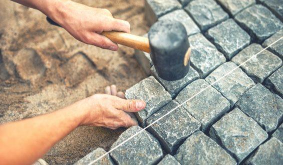 Palisada betonowa – szybki i skuteczny sposób na zabezpieczenie skarpy i nie tylko