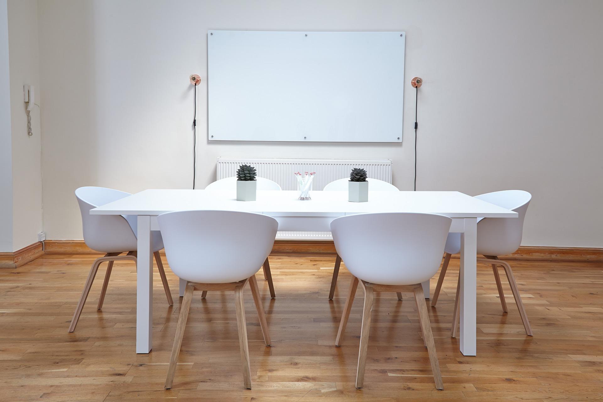 Czy krzesła muszą być w kolorze stołu?